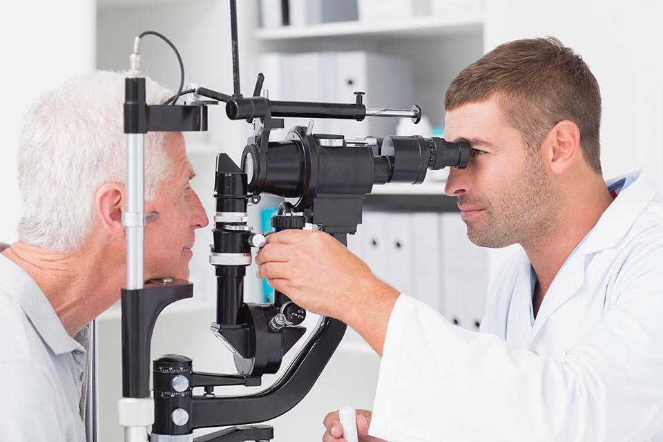 mandlig læge og patient